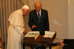 Pope received Nano-Bible